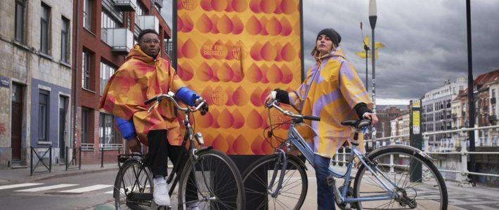 Cette affiche se transforme en poncho pour les cyclistes