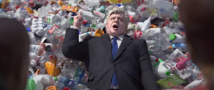 Greenpeace inonde Downing Street et Boris Johnson de plastique