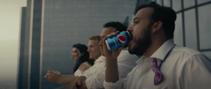 Pepsi s'affranchit des gestes barrières dans une pub déstabilisante
