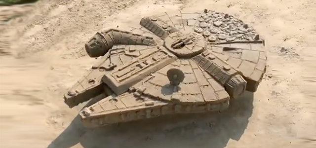 Une sculpture du Faucon Millenium en sable