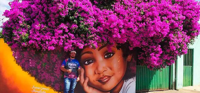 Ce street artiste joue avec la végétation